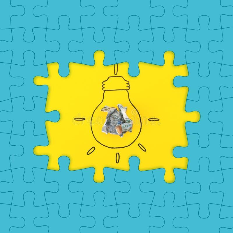 Heller Rahmen gemacht von den Puzzlespielen und von der Zusammensetzung mit zerknittertem Geld als Lampenbirne auf Farbhintergrun lizenzfreie abbildung