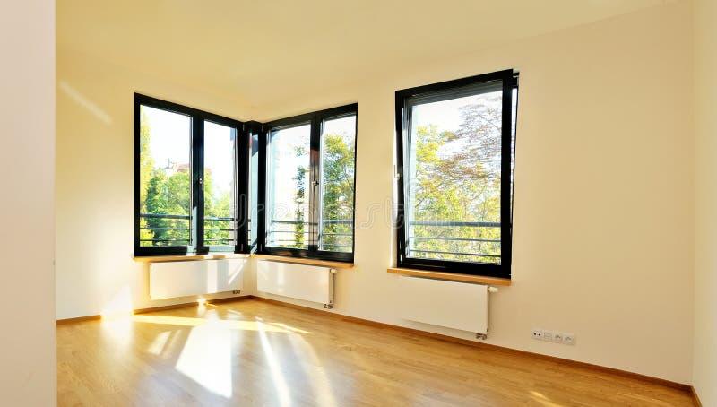 Heller Raum mit Eckfenstern stockfoto