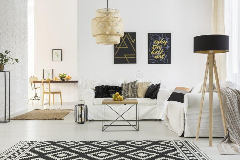 Heller Raum mit Sofa stockfoto