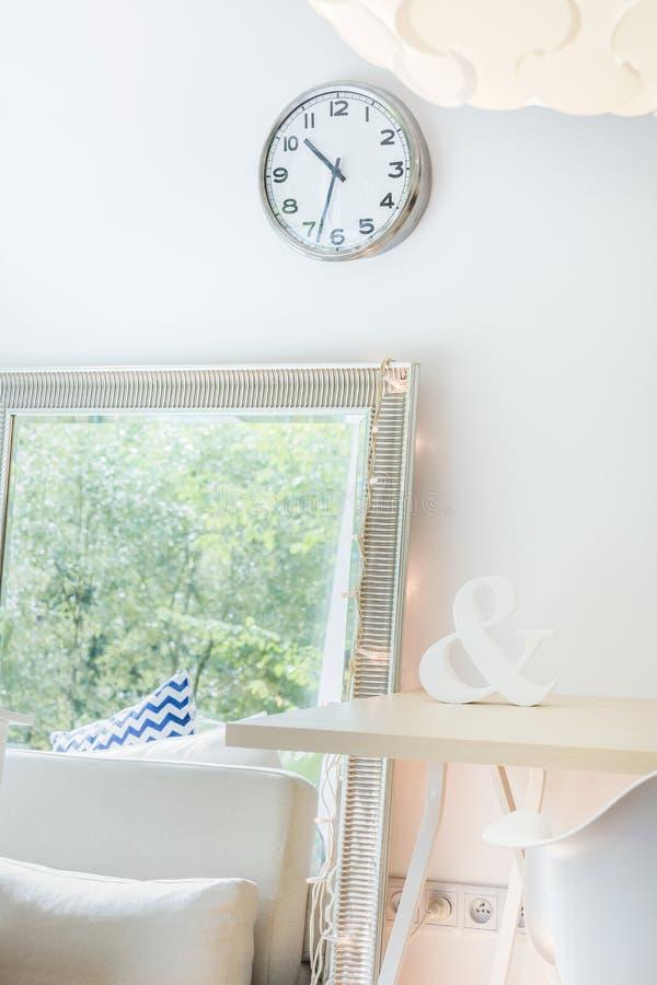 Heller Raum mit Zierspiegel lizenzfreie stockbilder