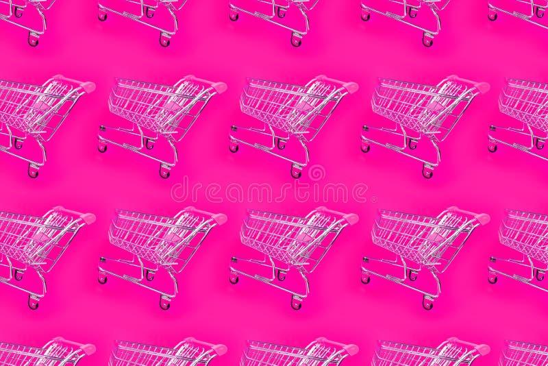 Heller rosa Hintergrund mit einer Laufkatze für den Supermarkt stockfotografie