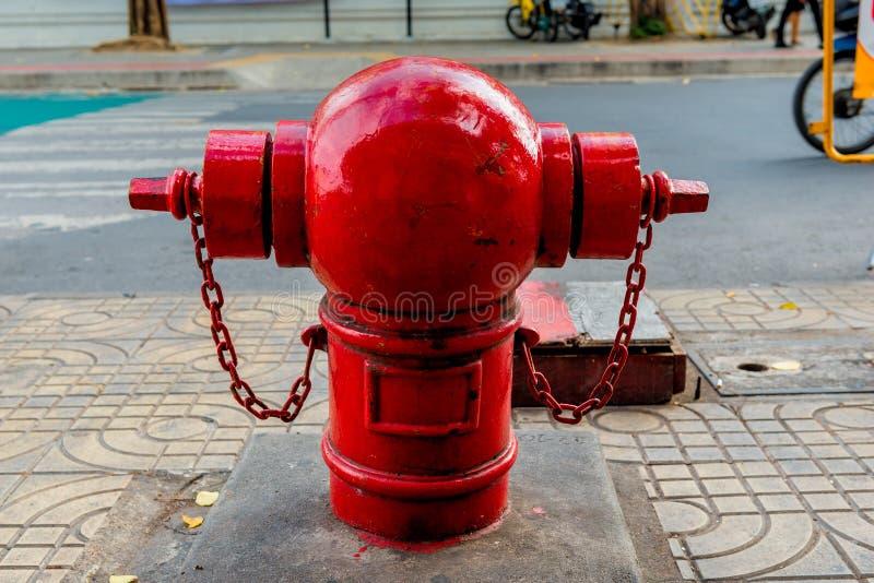 Heller roter Hydrant in Bangkok-Straße stockbilder