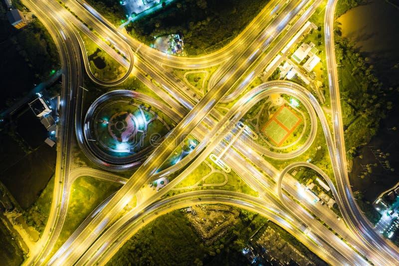 Heller Schnitt der Vogelperspektive auf Autobahnlandstraße nachts stockfotos