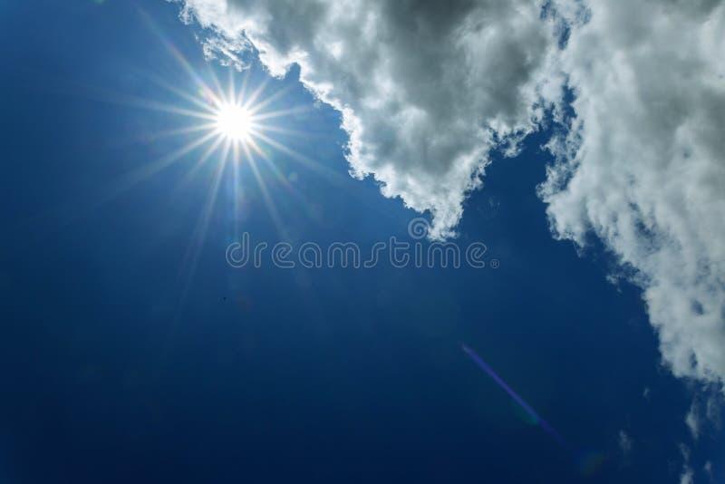 Heller Sonnenschein auf blauem Himmel mit Wolken und Sonne stockbilder
