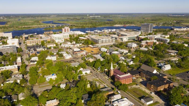 Heller Sonnenschein schlägt die Gebäude und die Häuser von Wilmington-North Carolina stockfotografie