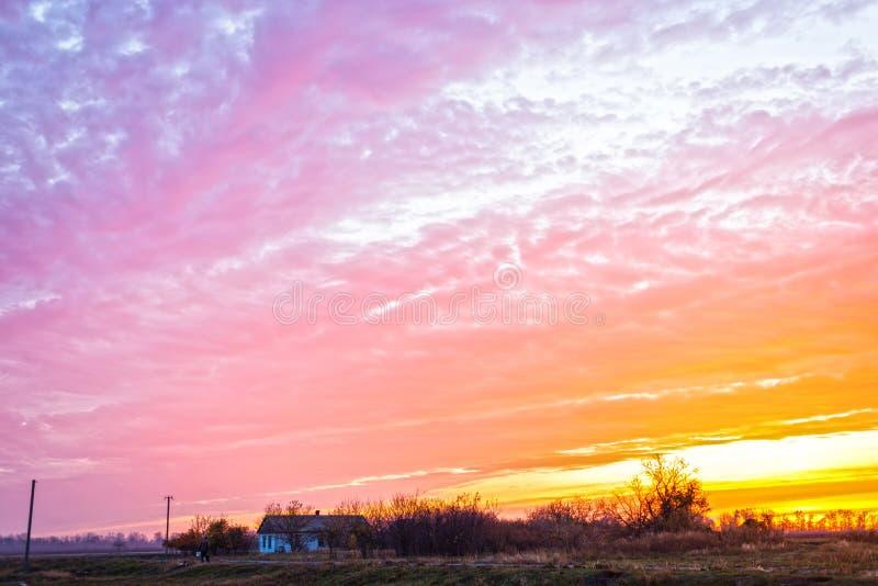 Heller Sonnenschein und Wolken, Landschaft stockbilder