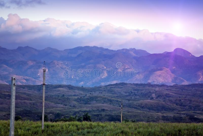 Heller Sonnenuntergang über dem bergigen Gelände kuba stockbilder