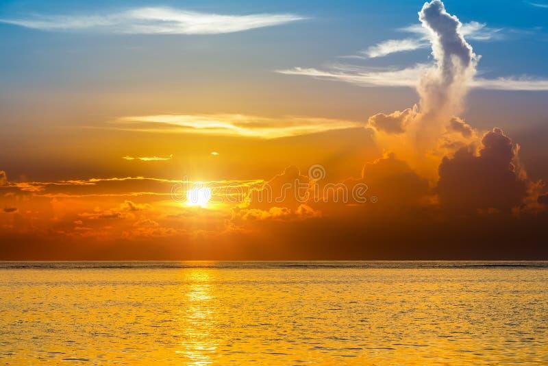 Heller Sonnenuntergang über Ozean lizenzfreie stockfotos