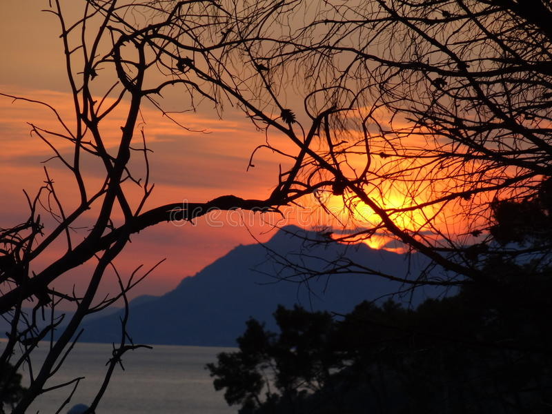 Heller Sonnenuntergang auf dem adriatischen Meer, Kroatien lizenzfreies stockbild