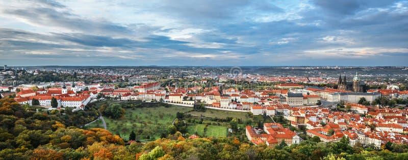 Heller und schöner Panoramablick auf Heiligen Vitus Cathedral, Prag-Schloss, alter Stadt und Stadtzentrum mit alten roten Dächern lizenzfreie stockfotos