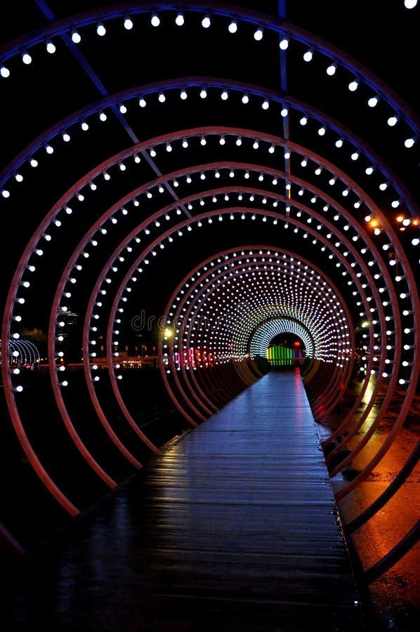 Heller Weise Weihnachtsfeiertags-Kreis und Tunnel von Lichtern lizenzfreies stockbild