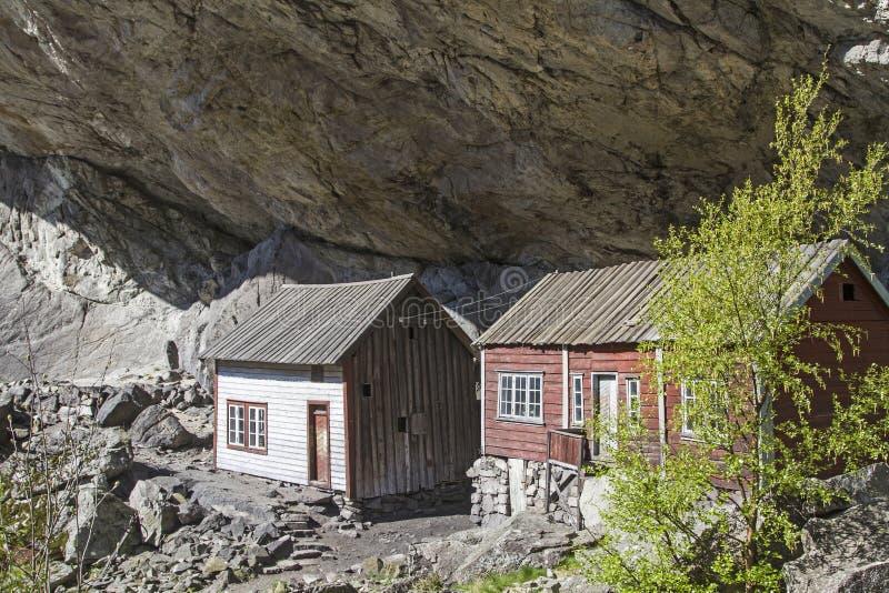Helleren - casas sob a saliência fotografia de stock