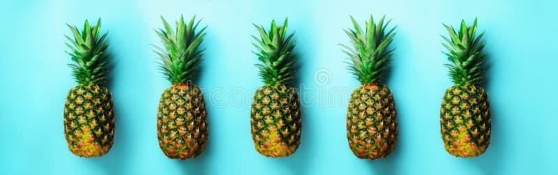 Helles Ananasmuster für minimale Art Beschneidungspfad eingeschlossen Pop-Arten-Design, kreatives Konzept Kopieren Sie Platz Fris stockbilder