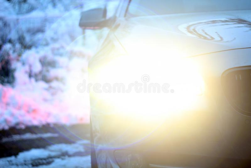 Helles Auto im Winter stockfotografie