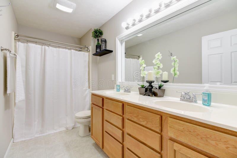 Helles Badezimmer mit doppelter Eitelkeit lizenzfreie stockbilder