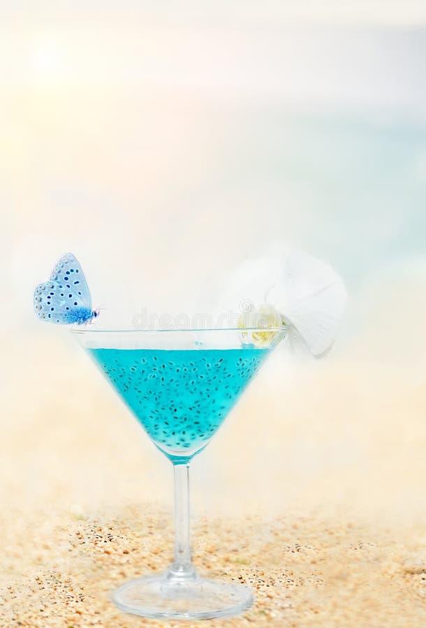 Helles beleuchtendes Getr?nk mit chia Samen in einem Glas und in den Schmetterlingen durch das Meer k?nstlerisches Foto, die Atmo lizenzfreies stockbild