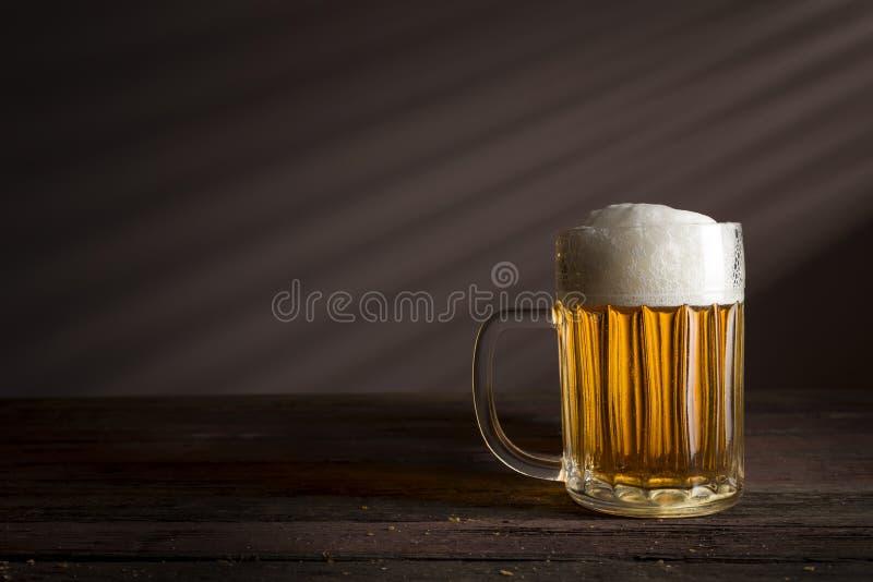 Helles Bier in einem Krug lizenzfreie stockfotografie