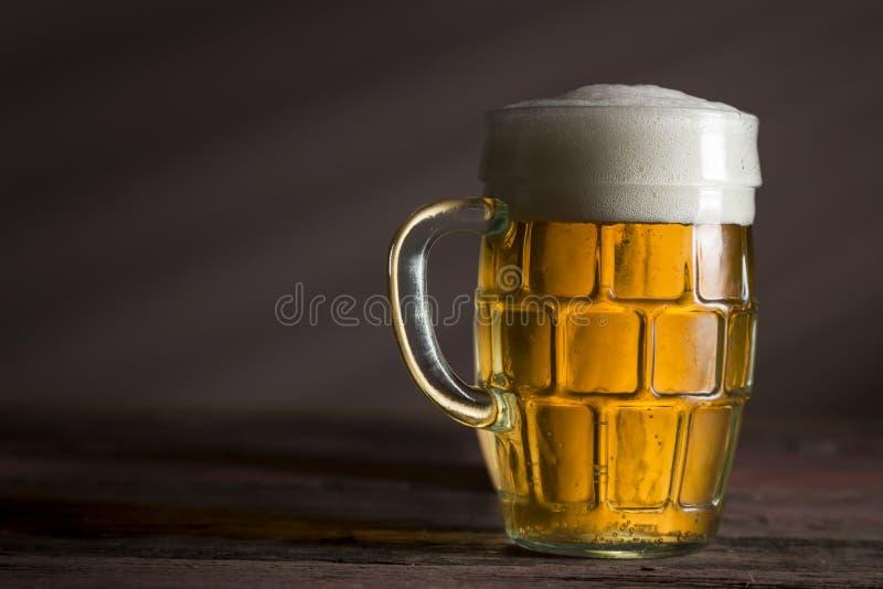 Helles Bier in einem Krug lizenzfreie stockbilder