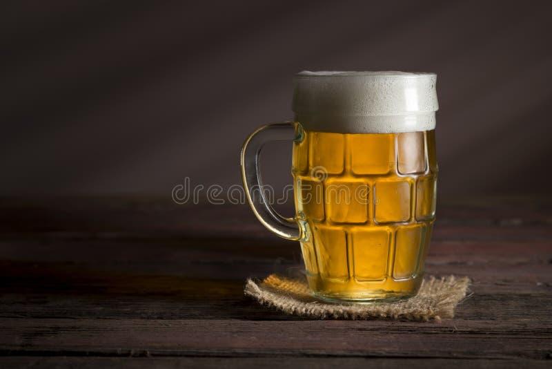 Helles Bier in einem Krug lizenzfreie stockfotos