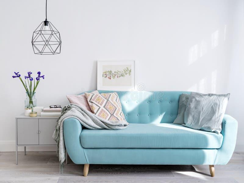 Helles blaues Sofa im stilvollen Hauptinnenraum stockfotos