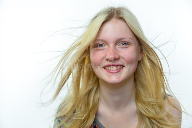 Helles blondes Mädchen mit dem langen Haar im Wind lizenzfreie stockfotografie
