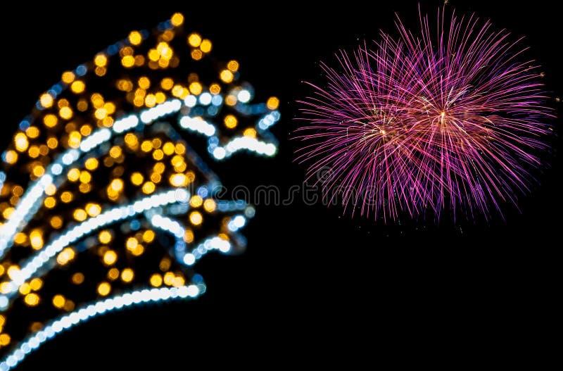 Helles Bokeh und bunte Feuerwerke lizenzfreie stockfotos