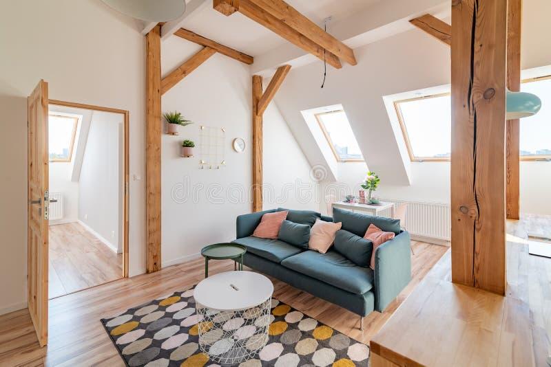 Helles Dachgeschoss-Wohnzimmer In Der Loft-Wohnung ...