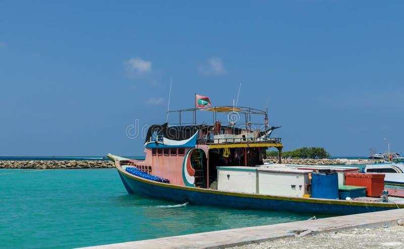 Helles Fischerboot auf dem Dock, tropische Gulhi-Insel im Indischen Ozean, Malediven stockfotografie