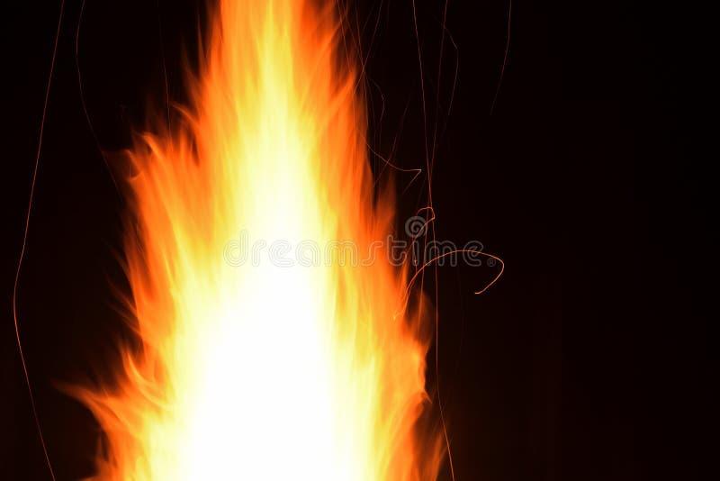 helles Flammenfeuer und -schein nachts, stockfotografie