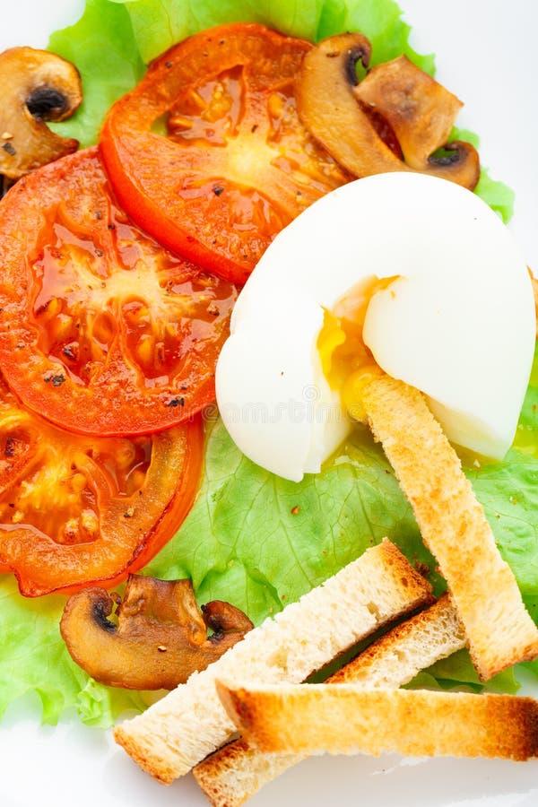 Helles Frühstück mit Windei, Tomate und Croutons lizenzfreies stockfoto