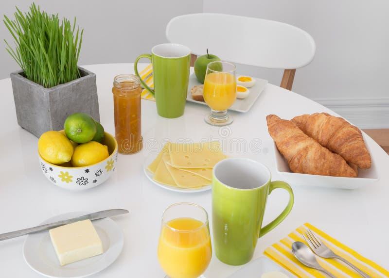 Helles Gedeck mit geschmackvollem Frühstück lizenzfreie stockbilder