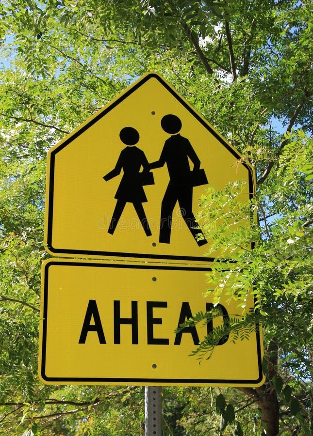 Helles gelbes Zeichen für Fußgängerübergang lizenzfreies stockfoto