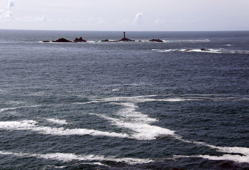 Helles Haus im Meer mit Felsen lizenzfreies stockfoto
