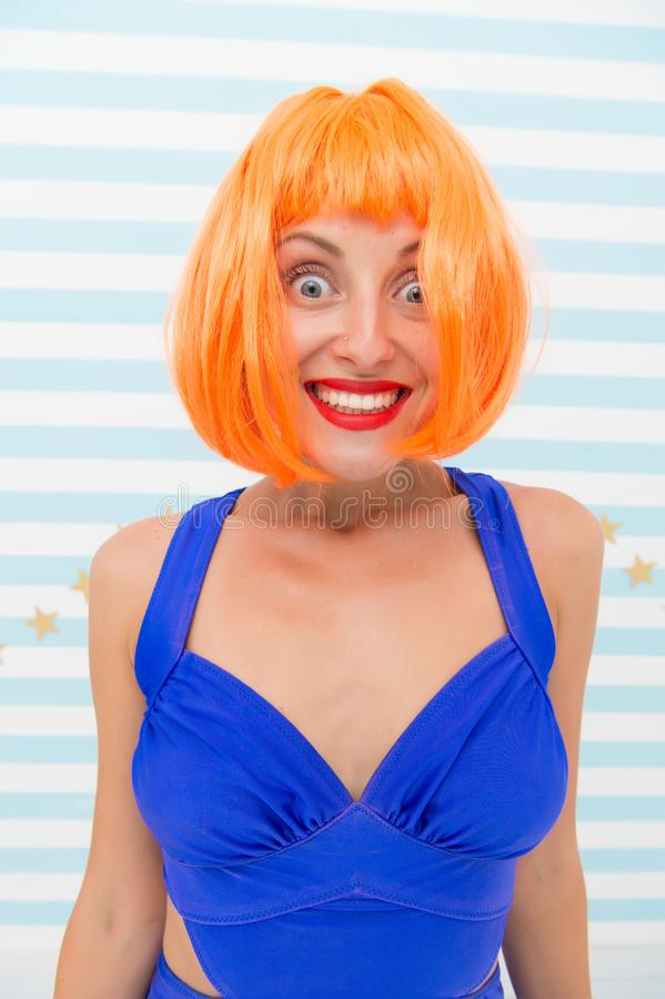 Helles künstliches Haar der Perücke schaut unnatürlich Haarwiederbelebungs-Verfahrensrat Kosmetik für Sorgfalt und Wiederbelebung stockfotografie