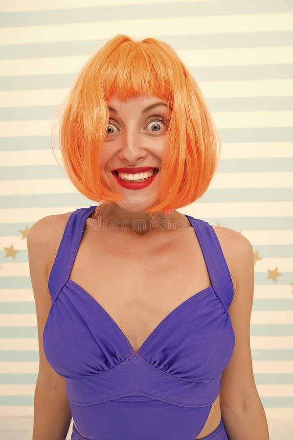 Helles k?nstliches Haar der Per?cke schaut unnat?rlich Haarwiederbelebungs-Verfahrensrat Kosmetik f?r Sorgfalt und Wiederbelebung stockfotografie