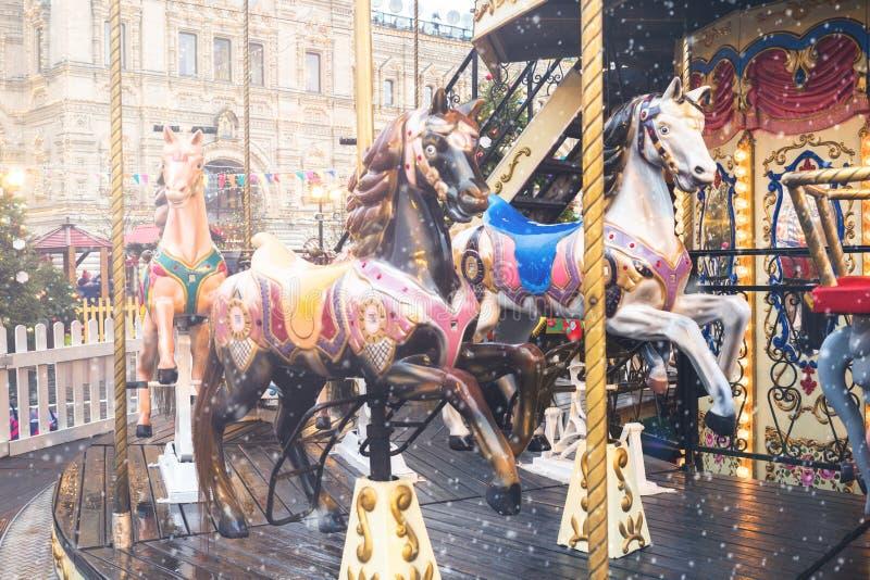 Helles Karussell am Weihnachtsmarkt in Moskau stockfotos