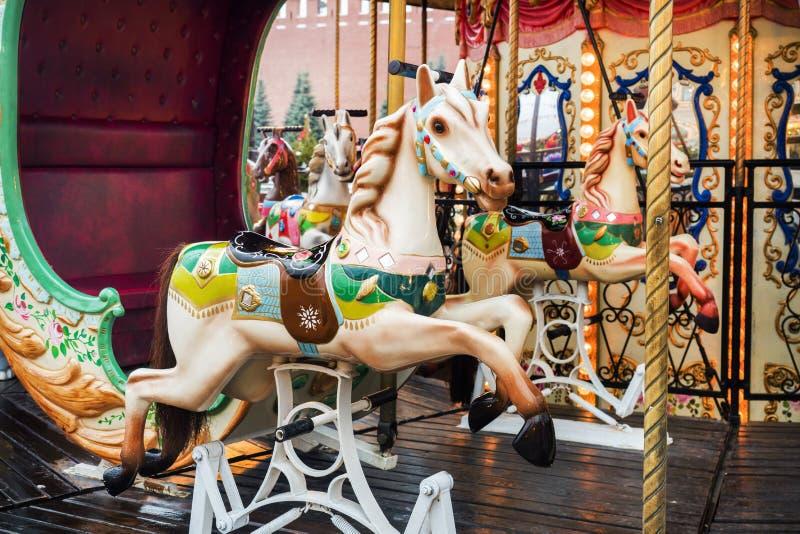 Helles Karussell am Weihnachtsmarkt in Moskau lizenzfreies stockfoto