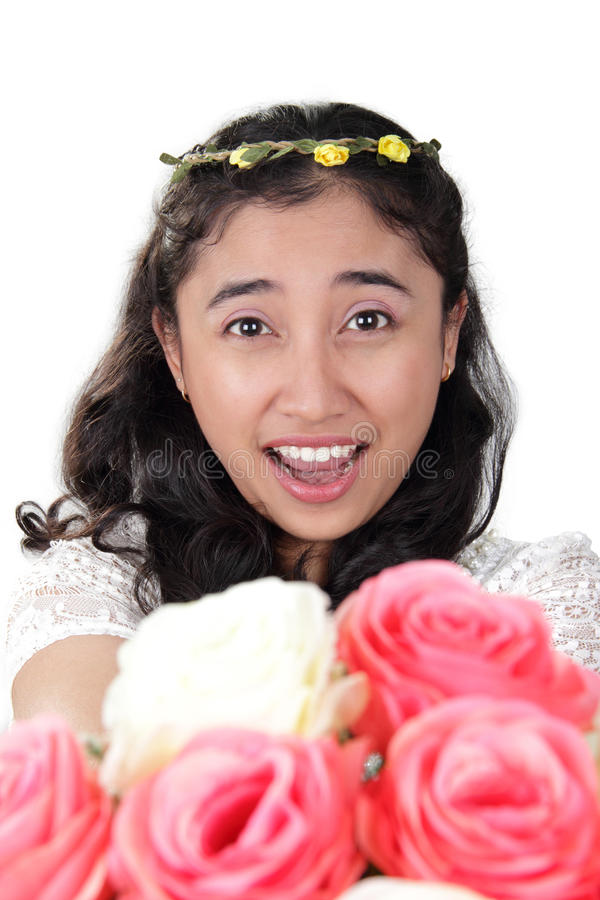 Helles lächelndes Mädchen mit Handblumenstrauß lizenzfreies stockbild