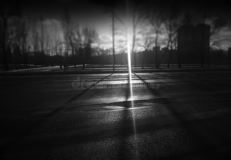 Helles Leck auf leerem Landstraßenstraßenhintergrund stockfoto