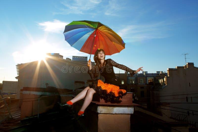 Helles Mädchen auf dem Dach stockfoto