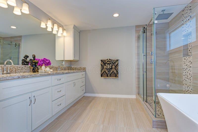 Helles modernes Badezimmerdesign mit langem weißem Eitelkeitskabinett lizenzfreies stockfoto