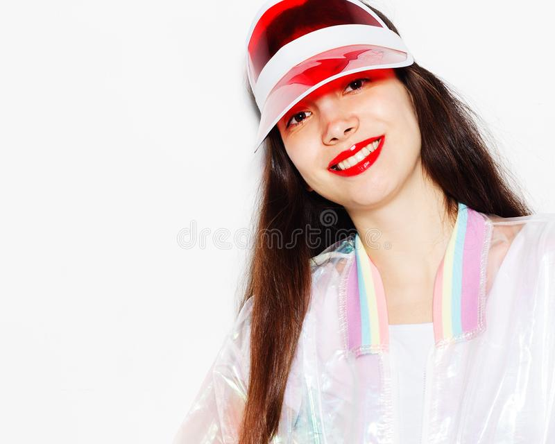 Helles modernes Porträt einer jungen Frau in einer modischen Ausstattung lizenzfreie stockfotografie