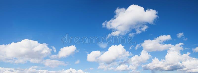 Helles Panorama des blauen Himmels mit weißen Kumuluswolken stockfotos