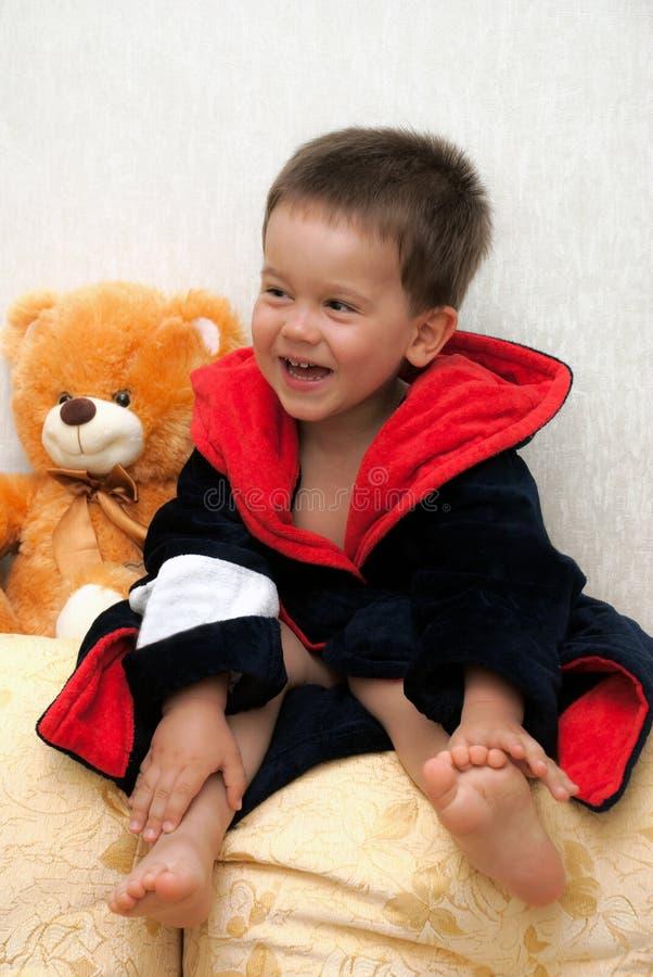 Helles Porträt eines netten Kindes in Terry-Bademantel stockfotos