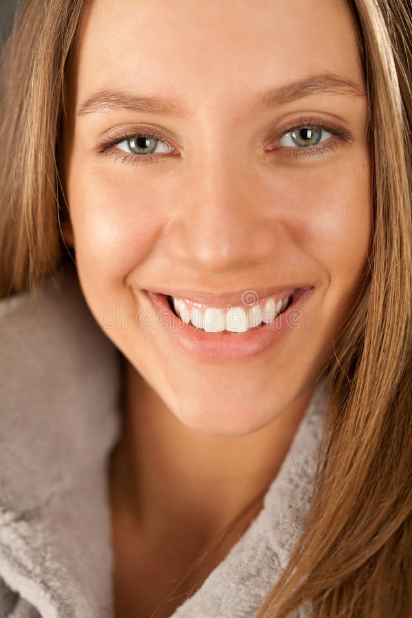 Helles Portrait des glücklichen Mädchens im Pelz lizenzfreie stockfotografie