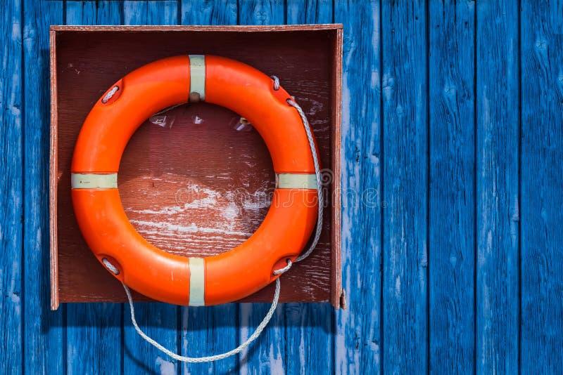 Helles rotes lifebuoy auf dem Pier lizenzfreies stockbild