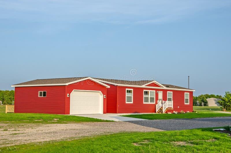 Helles rotes sonnenbeschienes hergestelltes Haus lizenzfreies stockfoto