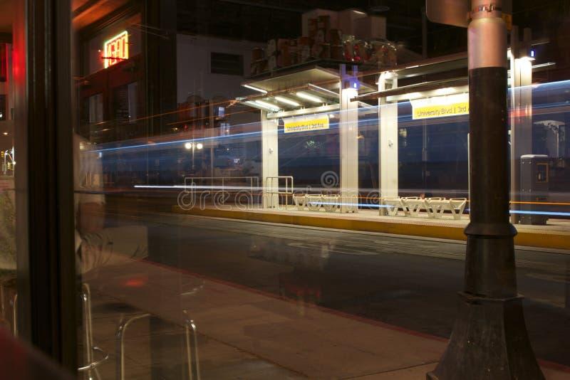 Helles Schienen-Überschreiten stockfotos