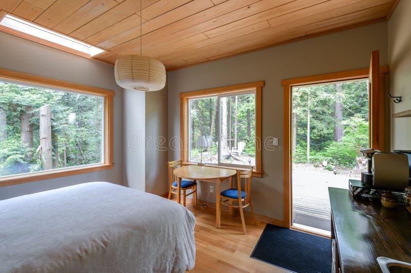 Helles Schlafzimmer in einem rustikalen Häuschen stockfotografie