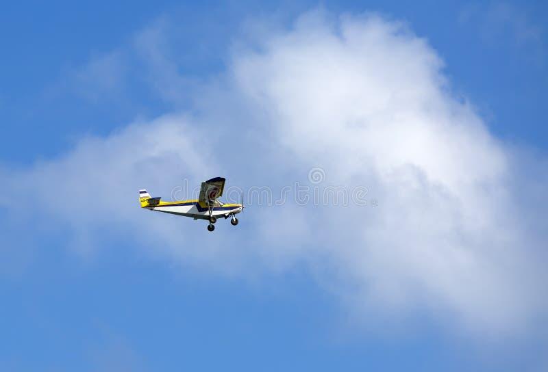 Helles single-engine Flugzeug stockfotografie